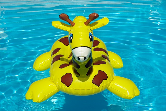 žirafa ve vodě.jpg