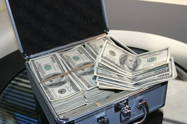 kufřík s bankovkami.jpg