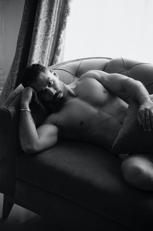 muž na sedačc